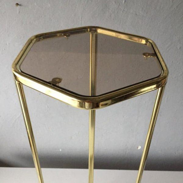 1960-й года из латуни завод подставки - ножки штатива - коричневая копченые стеклянная полочка - шестиугольная форма верхней - золотой цвет, живущая углом комнаты украшения