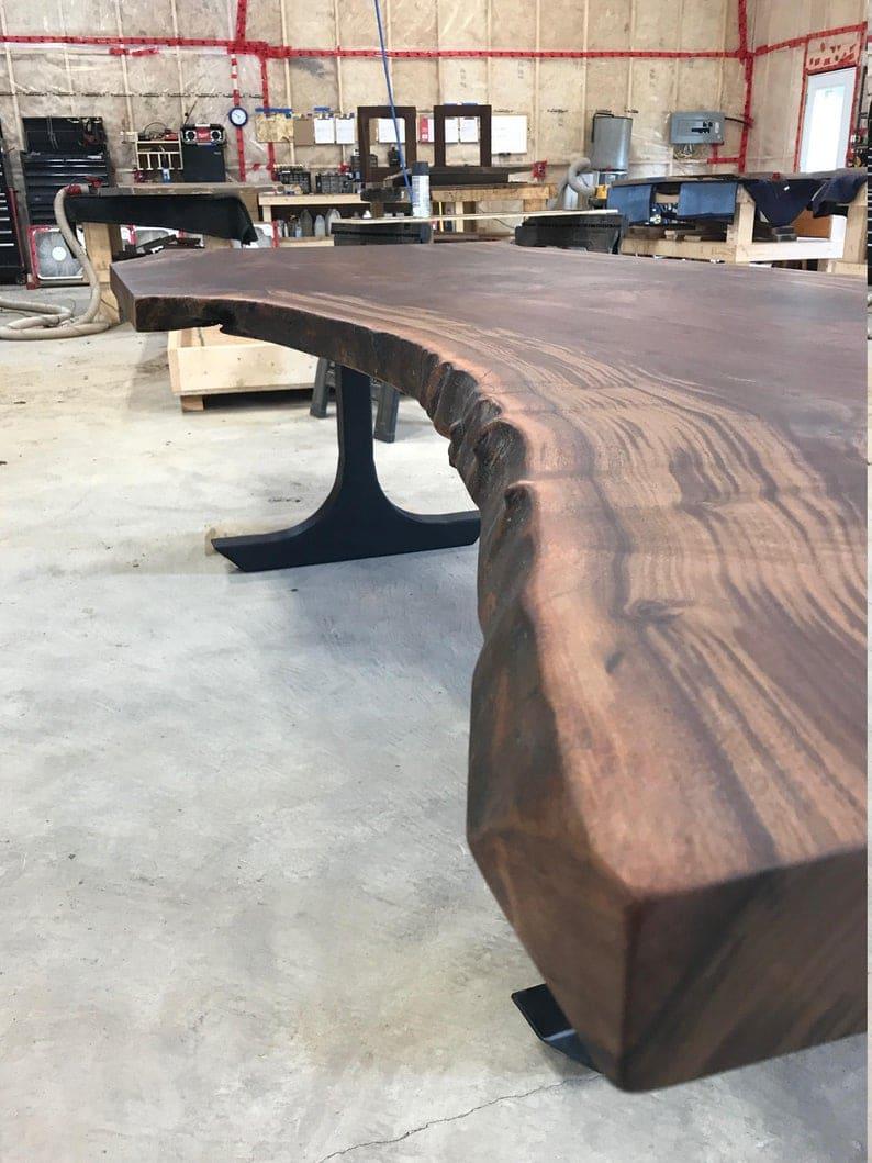 Кларо орех обеденным столом с Т образный металлические ножки