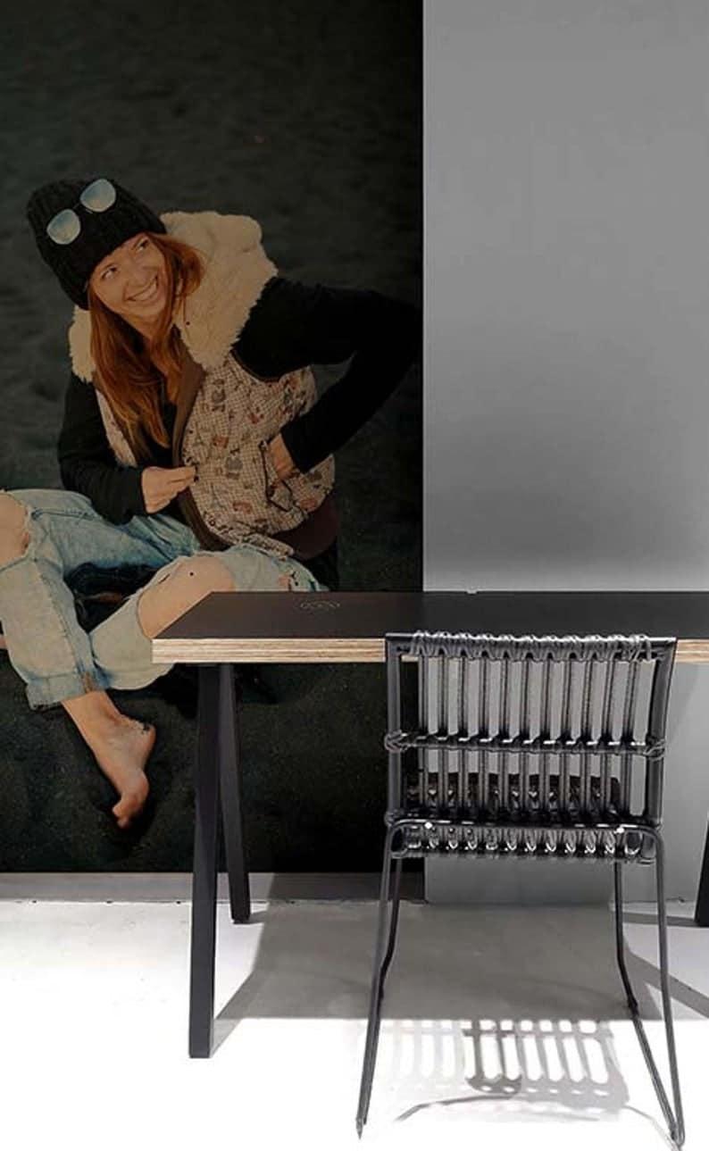 Красочный деревянный стол с квадратными металлическими ножками
