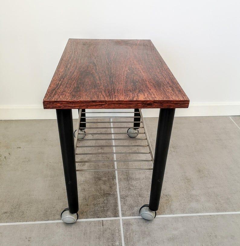 Датский палисандр середины век тележки / столик на колесах с черными деревянными ножками и металлической стойкой / полкой. Напитки / хозяйка тележки.