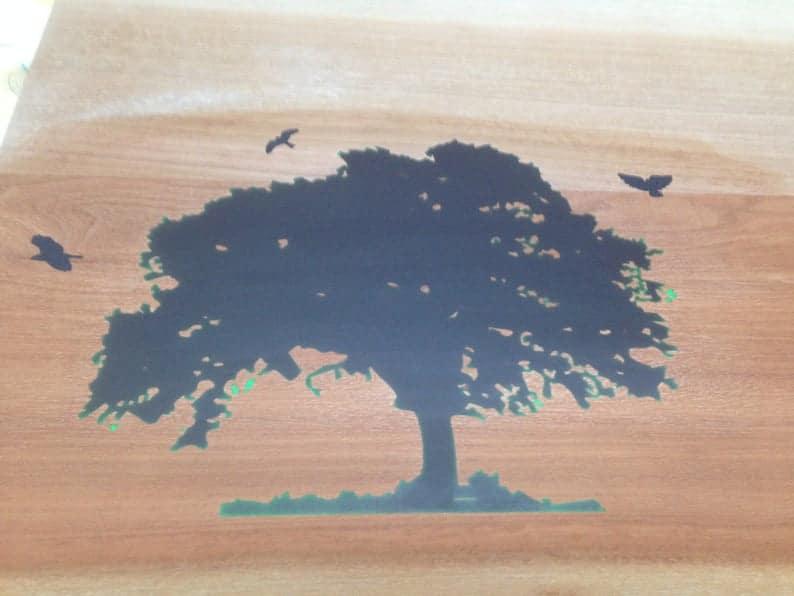 Стол & Quot Дерево фортуны & Quot , книга соответствует красному дереву 2 & Quot (50 мм) толщина, с живой естественной кромкой, металлом & Quot Х & Quot ноги, светящиеся в инкрустации темной смолы.