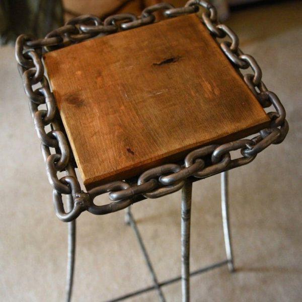 Фойе таблицы, созданная из адаптированного металла и wood.Perfect таблицы для отображения фото или растений в вашем фойе.