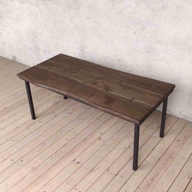 Марлоу Твердая Живой Край Коричневый Дуб Промышленный обеденный стол с V образный Matt Black Ножки