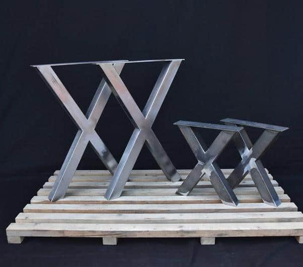 Один набор из четырех частей. Две ножки стола и две скамейки ноги.