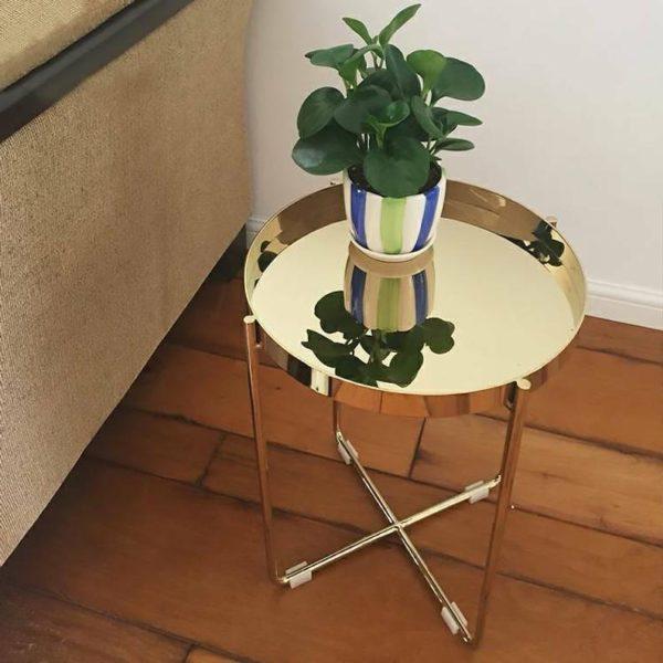 Круглый маленький золотой журнальный столик