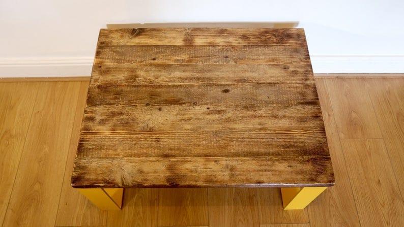 Деревенские древесины Журнальный столик с желтыми металлическими ножками