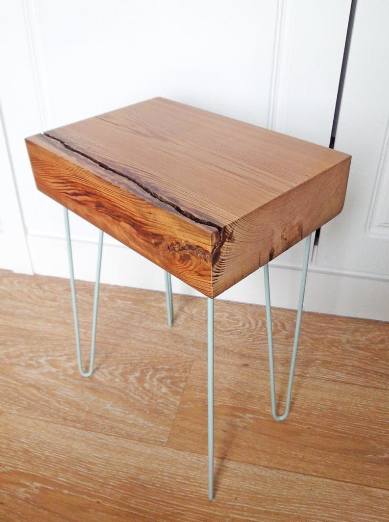 Столик с окрашенными металлическими ножками