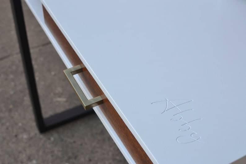 Небольшой белый Минималистичный Стол с выдвижными ящиками и металлическими ножками