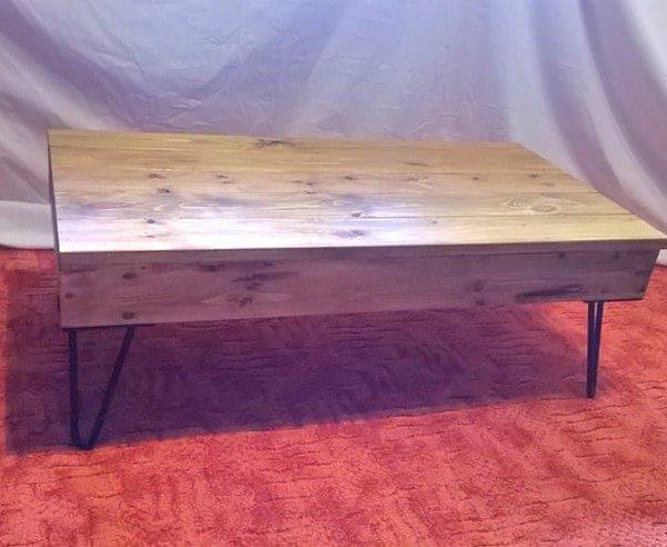 Твердая сосновая древесина Гостиная / Lounge Деревянный журнальный стол. Дуб отделка. Black Metal Шпилька ноги. Вощеная Для защиты. Free UK Почтовая.