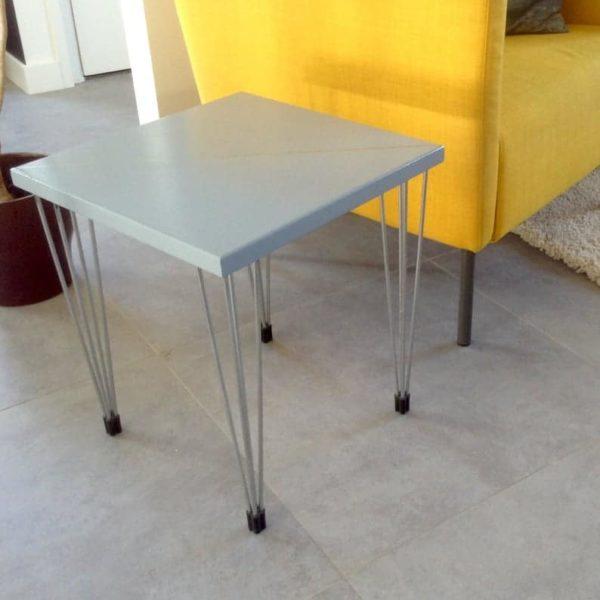 Таблица Plain Solid. Blauwgrijs Vierkant tafeltje встретил ееп diagonaal zilveren Lijn.