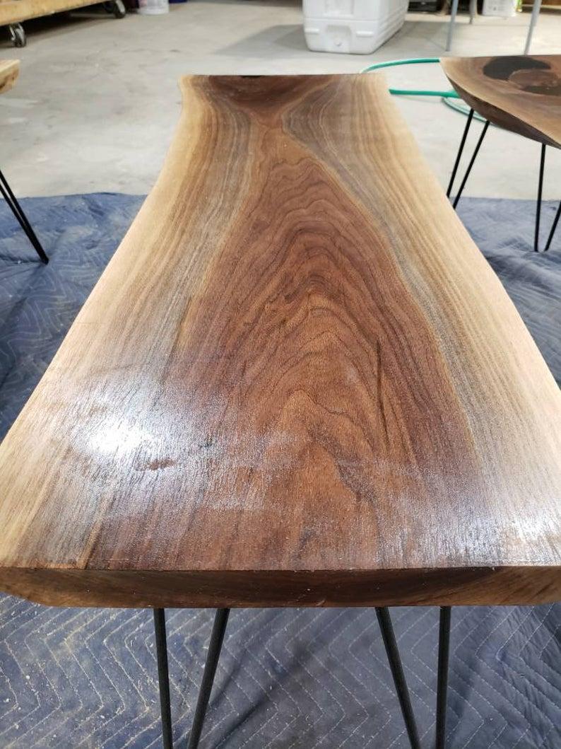 Орех живого край журнальный столик, 44 дюйма.